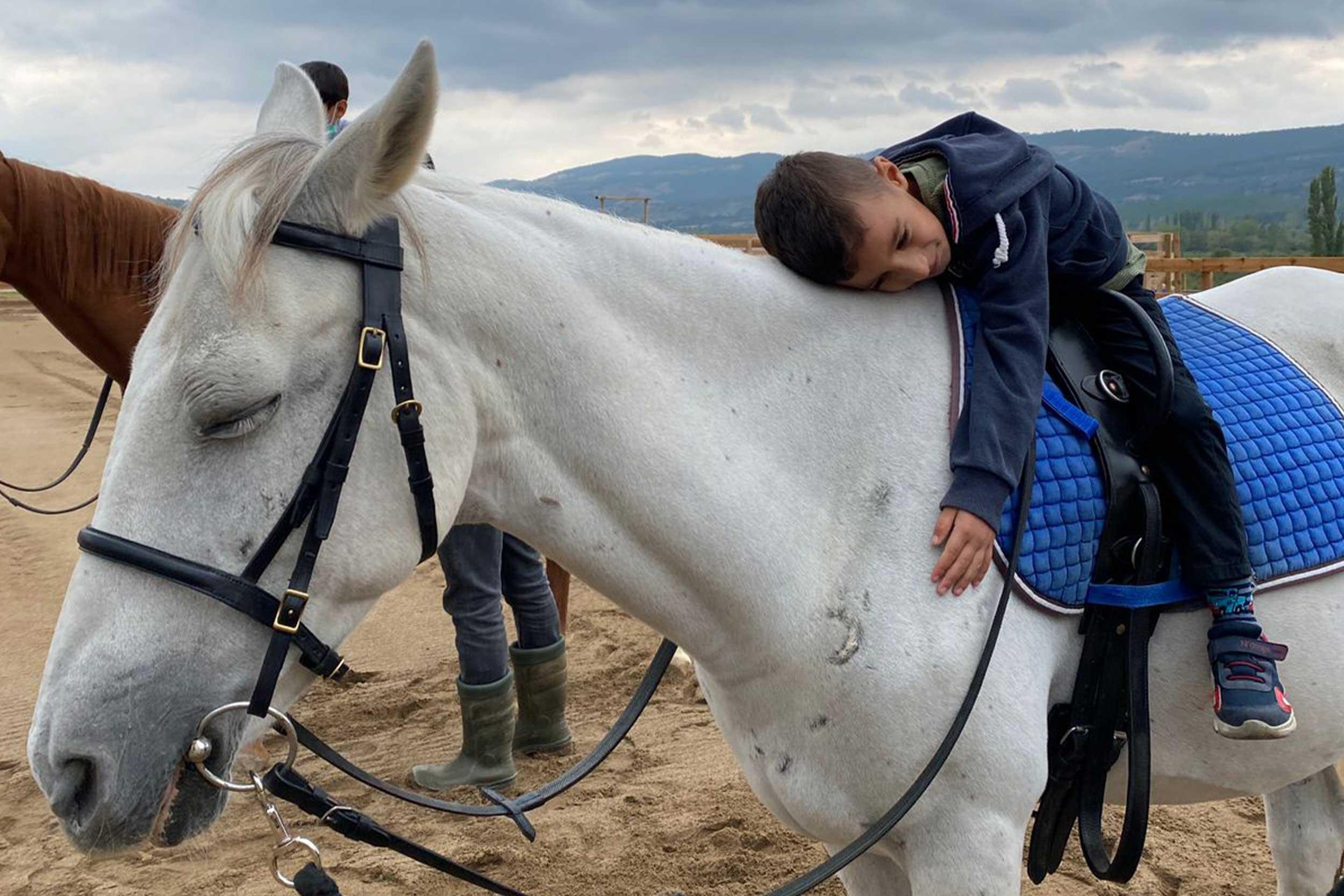 Bayramiç'te engelli çocuklara hipoterapi