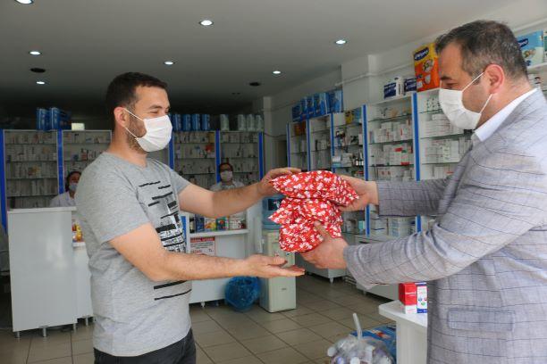 Bayramiç Belediyesi'nden eczacılara hediye
