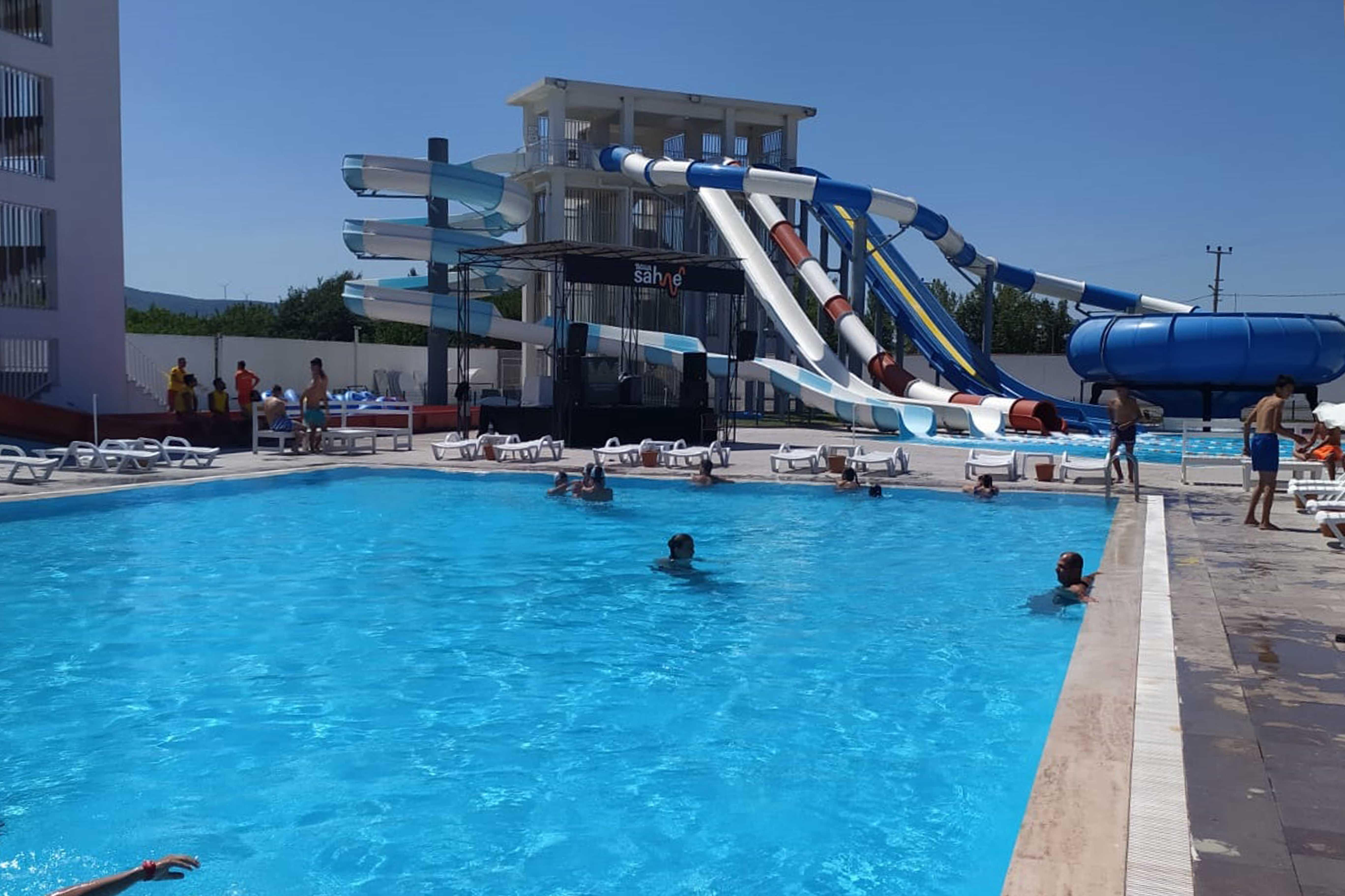 Bayramiç Belediyesi'nden gençlere aquapark eğlencesi