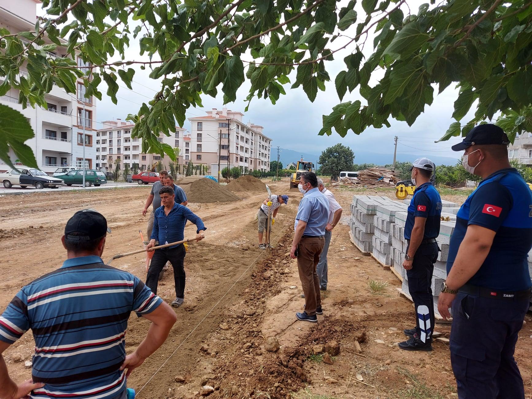 TOKİ konutlarının çevre düzenlemesi, otopark alanı ve yollarına parke döşeme çalışmalarına başladık.